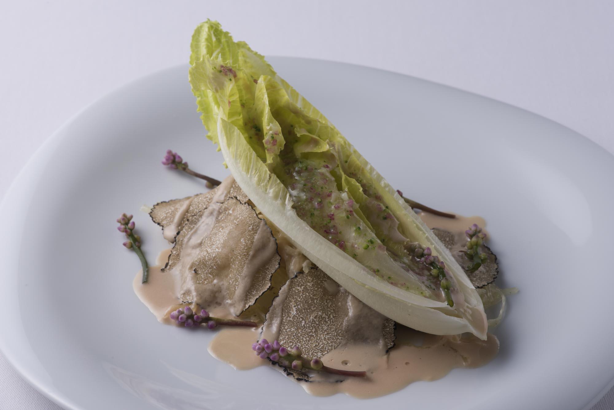 目一鯛のポワレ、ロメインレタスの芯のサラダ添え